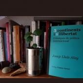 5 continents i 1llibertat. Cròniques de política internacional. #joseplluísalay  #collecciocolors  Foto d' #ignasiplanas  #5continents