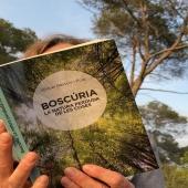 BOSCÚRIA ja és a les llibreries. Una meravella de llibre de @miquelbassols   Boscúria és una reflexió sobre com els boscos i la natura ens vinculen amb allò que som i amb el temps viscut.   Escrit durant el confinament per la pandèmia, aquest és un llibre que, lluny de tancar-los, obre horitzons interiors i exteriors i ens descobreix el pes que els boscos i la natura tenen en tots nosaltres.  Entre la memòria perduda de les coses i els relats de muntanya, entre un testimoni de l'irreal i un assaig de la veritat, Boscúria ens porta al més íntim i secret de la relació que l'ésser humà manté amb la natura, amb el bosc i les muntanyes, amb la vida al camp fora de qualsevol paisatge mistificador. Una exploració a la vora de les lletres fins tocar-ne el buit, allà on el temps s'atura.